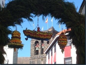 Arco de San Pedro con tres ramos de frutas