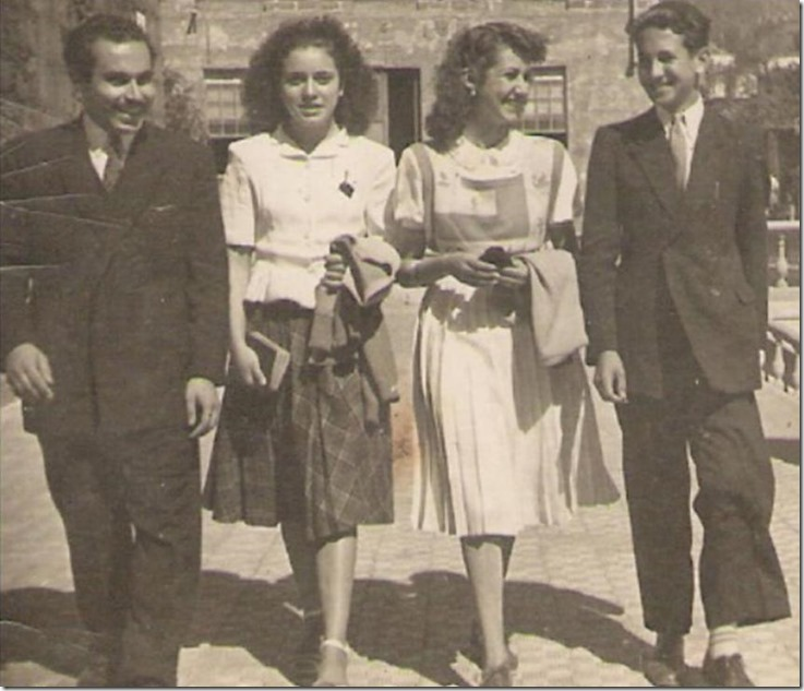 1948=Dos parejas paseando en la Plaza Nueva