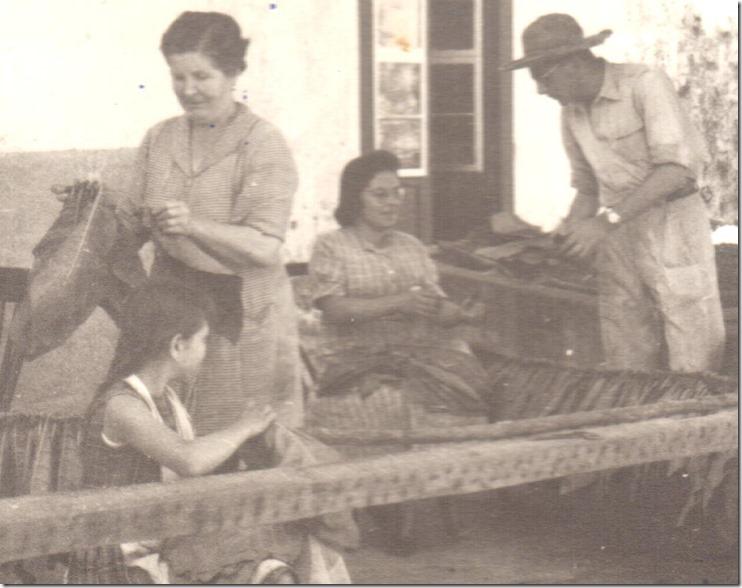 19590715=Casa cosiendo tabaco. Mamá, M. Celia, CMP, Éy