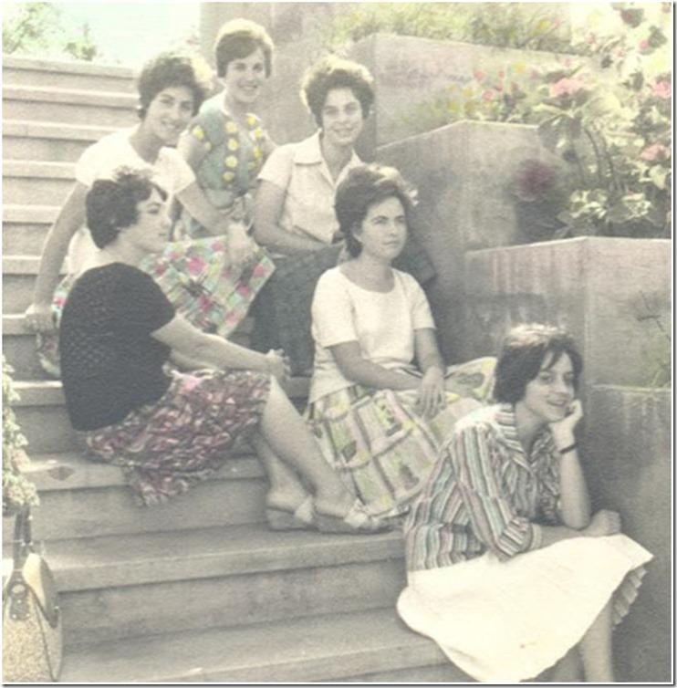 Seis amigas en una escalera